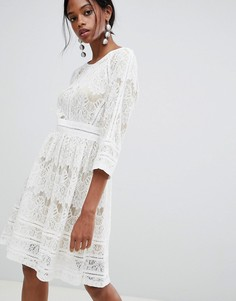 Короткое приталенное платье с кружевом Liquorish - Белый