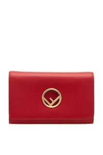 Красная сумка с золотистым логотипом Fendi
