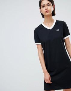 Платье-футболка с V-образным вырезом и фирменной лентой Fred Perry - Черный