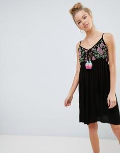 Платье на бретелях с вышивкой и кисточками Glamorous - Черный
