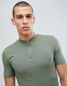 Зеленая обтягивающая удлиненная футболка с высоким воротником на молнии и асимметричным краем ASOS DESIGN - Зеленый