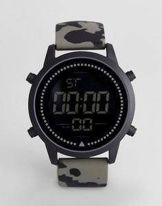 Цифровые крупные часы с камуфляжным принтом ASOS DESIGN - Зеленый