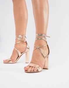 Золотистые босоножки на каблуке с завязками на щиколотках True Decadence - Золотой