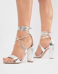 Серебристые босоножки на каблуке с завязками True Decadence - Серебряный