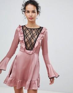 Атласное короткое приталенное платье с кружевной отделкой Glamorous - Розовый