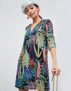Платье с V-образным вырезом и тропическим принтом Traffic People - Черный