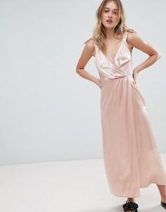 Атласное платье макси с запахом Monki - Розовый