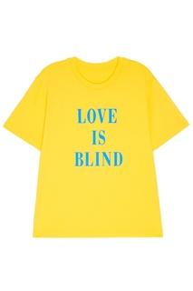 Желтая футболка с надписью Mo&Co