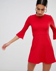 Короткое приталенное платье с расклешенными рукавами Boohoo - Красный