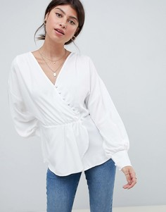 f287cd79b14 Блузка с асимметричной застежкой на пуговицы и рукавами летучая мышь ASOS  DESIGN - Белый