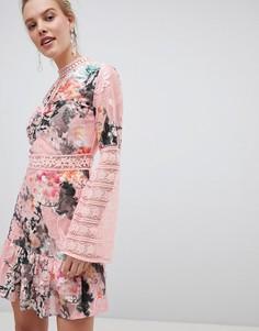 Короткое приталенное платье с цветочным принтом и кружевом Liquorish - Мульти