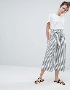 Укороченные брюки в полоску с широкими штанинами Monki - Мульти