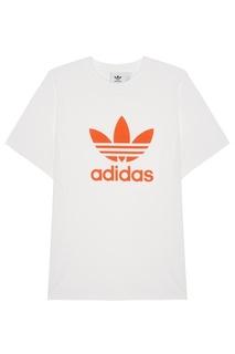 Белая футболка с логотипом Adidas