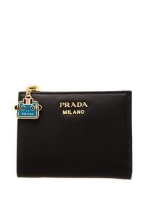 Черный кошелек с золотистым логотипом Prada