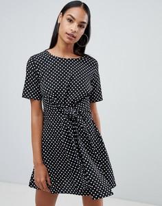Платье мини в горошек с поясом Boohoo - Черный