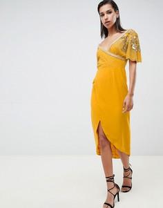 Платье миди горчичного цвета с запахом и отделкой Virgos Lounge julisa - Желтый