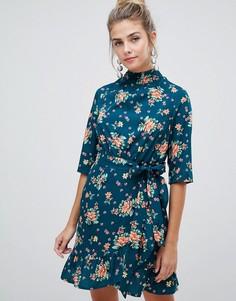 Платье с высоким воротником, цветочным принтом и оборкой Influence - Зеленый
