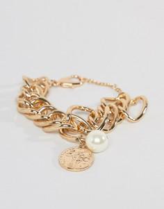 Золотистый толстый браслет с монетой и искусственным жемчугом Missguided - Золотой