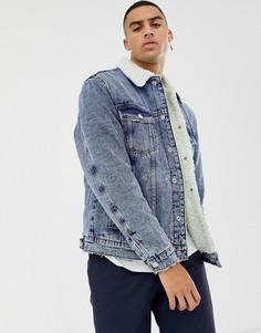 Синяя джинсовая куртка с воротником и подкладкой из искусственного меха Bershka - Синий