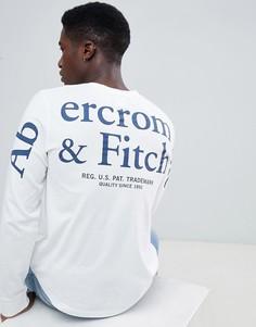 Белый лонгслив с принтом и логотипом Abercrombie & Fitch - Белый
