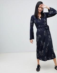 Платье миди с запахом и принтом Monki - Синий