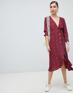 Бордовое платье в горошек на пуговицах с запахом Monki - Красный
