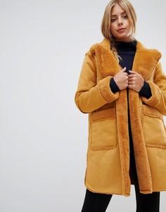 Двустороннее пальто из искусственной овчины QED London - Рыжий