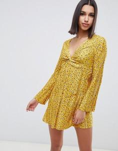 Плиссированное короткое приталенное платье с цветочным принтом и перекрученной отделкой ASOS DESIGN - Мульти
