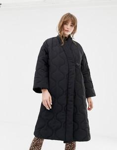 Черное стеганое пальто с V-образным вырезом Monki - Черный