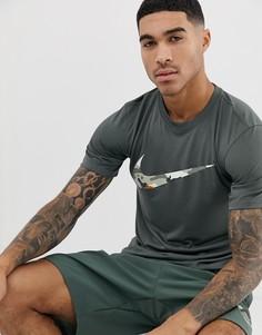 Футболка цвета хаки с камуфляжным принтом на логотипе-галочке Nike Training - Зеленый
