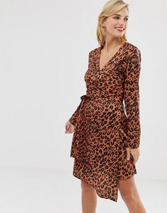 Красное атласное платье мини с леопардовым принтом и запахом Liquorish - Мульти