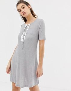 Платье-футболка со шнуровкой Glamorous - Серый