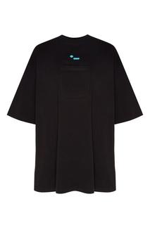 Черная футболка с накладным карманом и логотипом