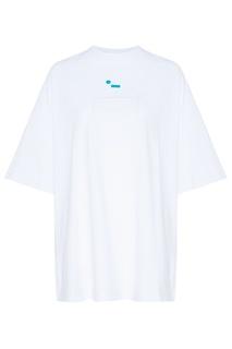 Белая футболка с накладным карманом и логотипом