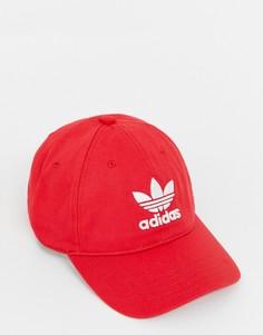 Красная кепка с логотипом adidas Originals - Красный