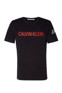 Черная футболка с красным логотипом Calvin Klein