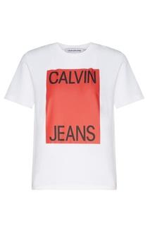 Белая футболка с красным принтом Calvin Klein