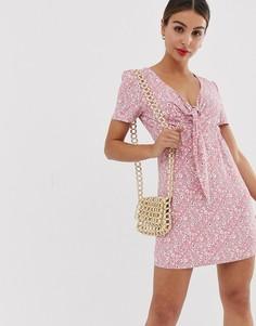 Платье мини с завязкой и мелким цветочным принтом Glamorous - Розовый
