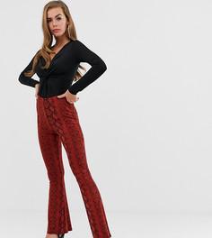 Красные расклешенные брюки со змеиным принтом Boohoo - Мульти