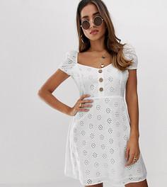 Короткое приталенное платье с вышивкой ришелье и вырезом сердечком Boohoo - Белый