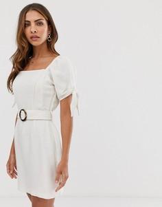 d59eef35197d837 Светло-бежевое платье мини с поясом и завязками на рукавах River Island -  Светло-
