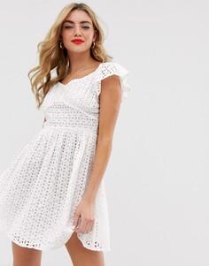 Белое короткое приталенное платье с вырезом сердечком и вышивкой ришелье Boohoo - Белый