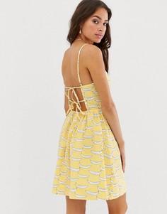 Платье на тонких бретельках с завязкой на спине и принтом полосок и бананов Glamorous - Желтый