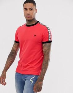 Красная футболка с окантовкой и отделкой лентой с принтом Fred Perry Sport - Красный