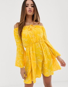 Платье с открытыми плечами и расклешенными рукавами Club L - Желтый