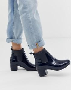 Темно-синие блестящие резиновые ботинки челси на среднем каблуке Hunter - Темно-синий