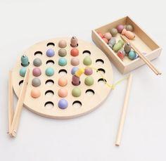 Развивающая игрушка BeeZee Toys Развивающая настольная деревянная игра-сортер с магнитами «Разноцветная рыбалка», удочка, пинцет, палочки, монтесорри разноцветный