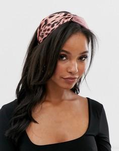 Розовая атласная повязка на голову с анималистичным принтом ASOS DESIGN - Розовый