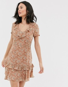 Чайное платье с цветочным принтом и оборкой Glamorous - Розовый