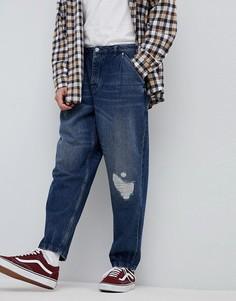 Темные винтжаные оversize-джинсы с рваной отделкой ASOS-Синий